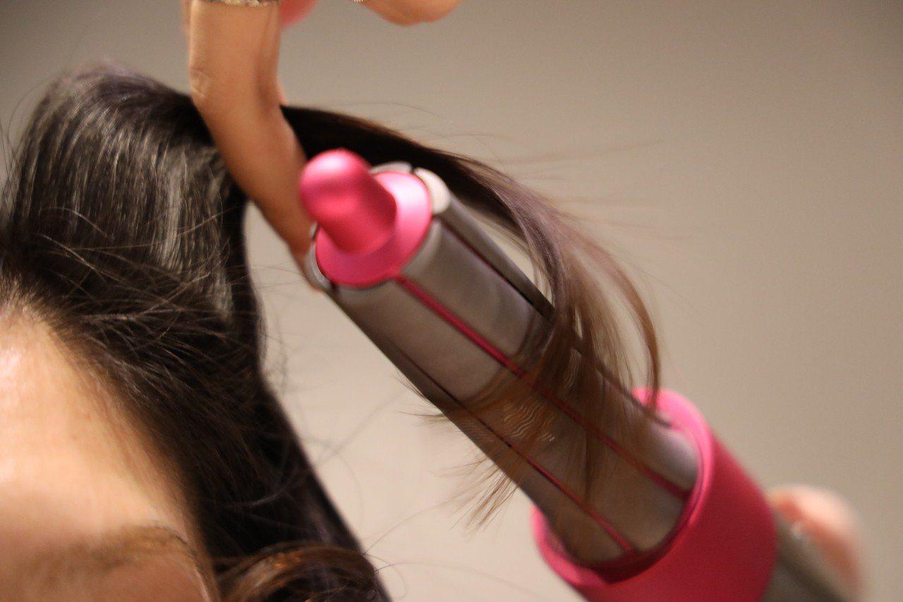 Airwrap運用康達效應,讓髮束神奇地自動捲在髮捲表面。記者黃筱晴/攝影