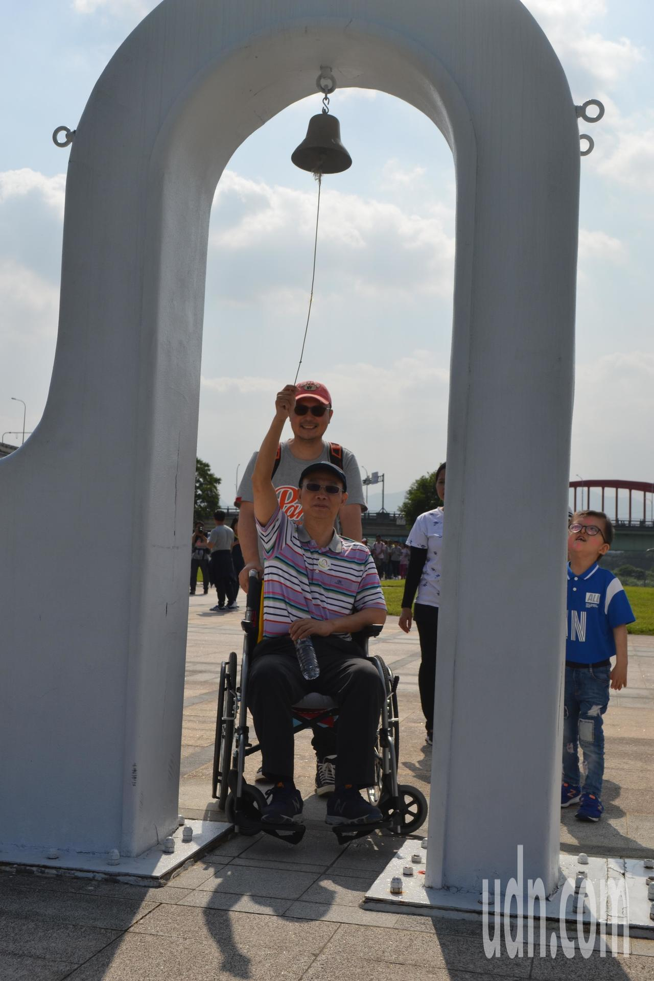 罹患小腦萎縮症的陳慶隆,四肢雖逐漸萎縮,必須靠輪椅代步,但他不怨天尤人,除透過信...