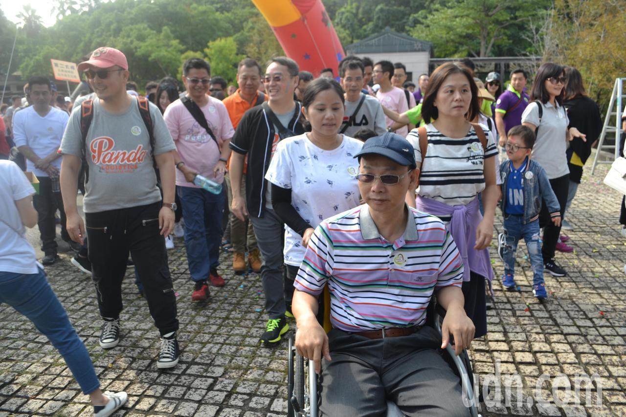「我希望政府能為罕病病人做的更多。」陳慶隆的妻子(圖右)說,他們每次要出門時,「...