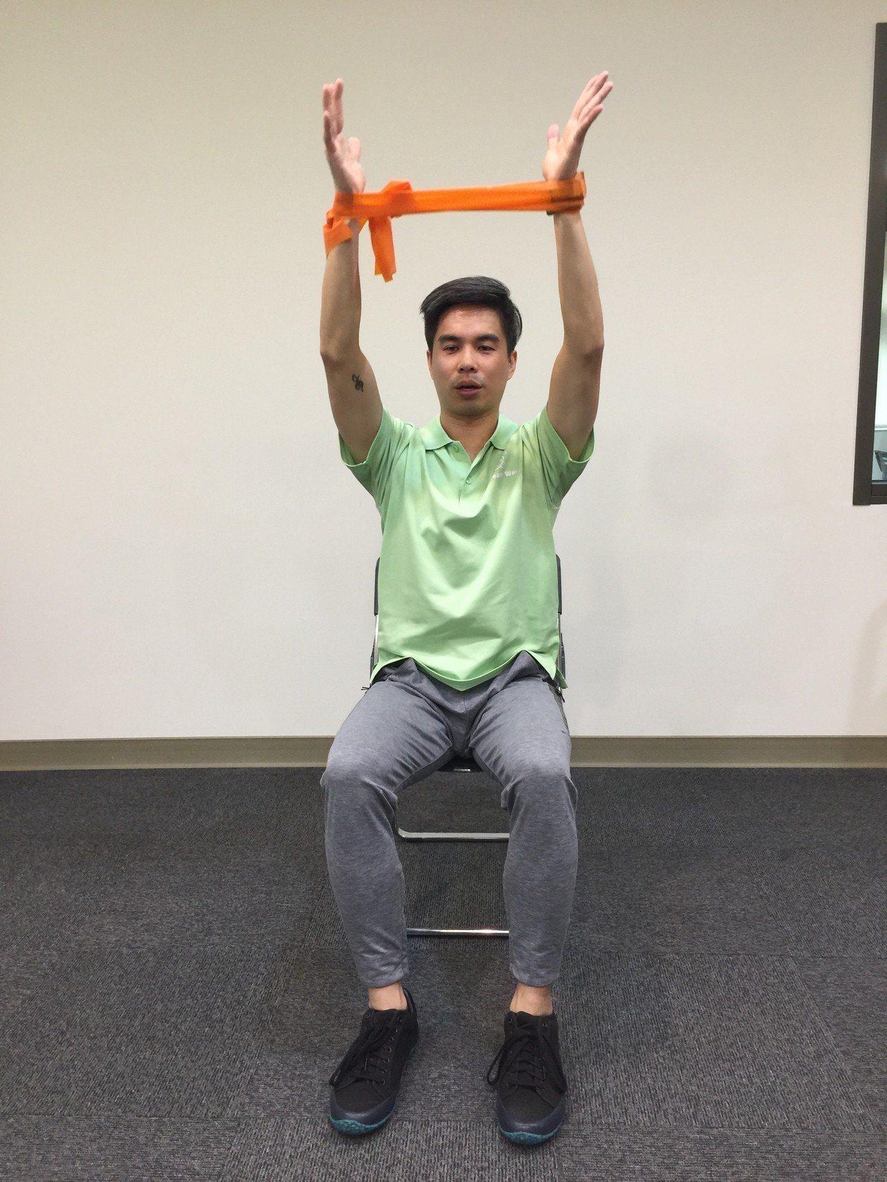 第四招:肩部上抬。採坐姿,將彈力帶打個圈圈,雙手向外撐開。身體上挺,雙手在大腿的...