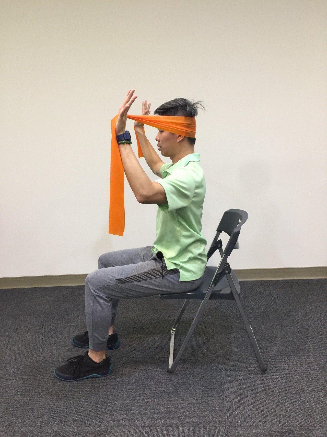 第五招:頸部後推。採坐姿,雙手將彈力帶拉開,放在頭部後方。起始位置如上。記者陳雨...
