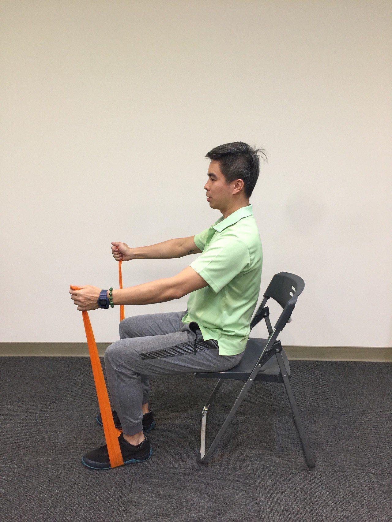 第二招:髖部外旋。採坐姿,將彈力帶打個圈圈綁至大腿,雙手放在髋部外側。雙腳踝向外...