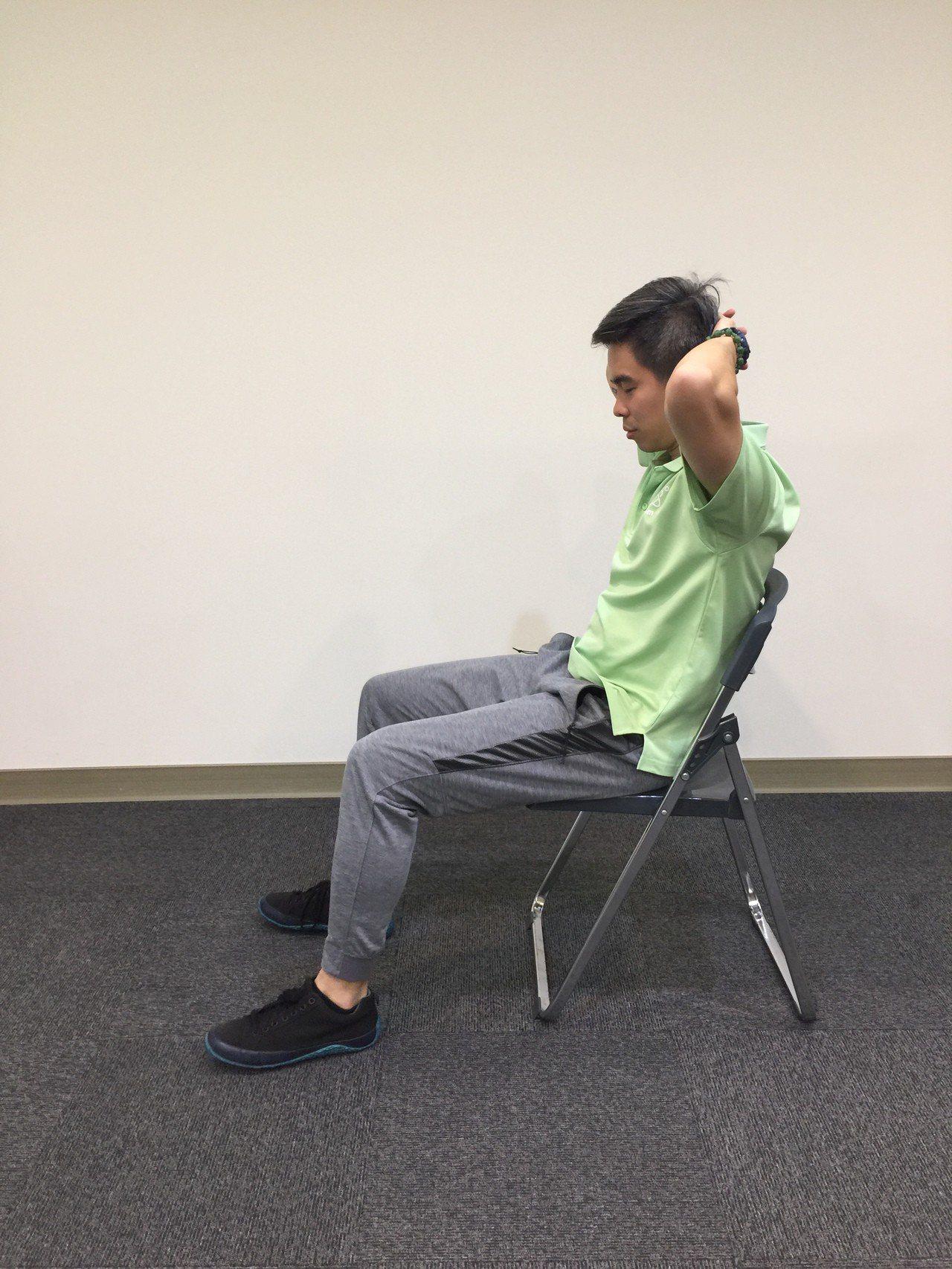 第一招:脊椎伸展。坐姿,雙手放在頸後,如角度不夠可交叉放置胸前。先把胸椎腰椎往後...