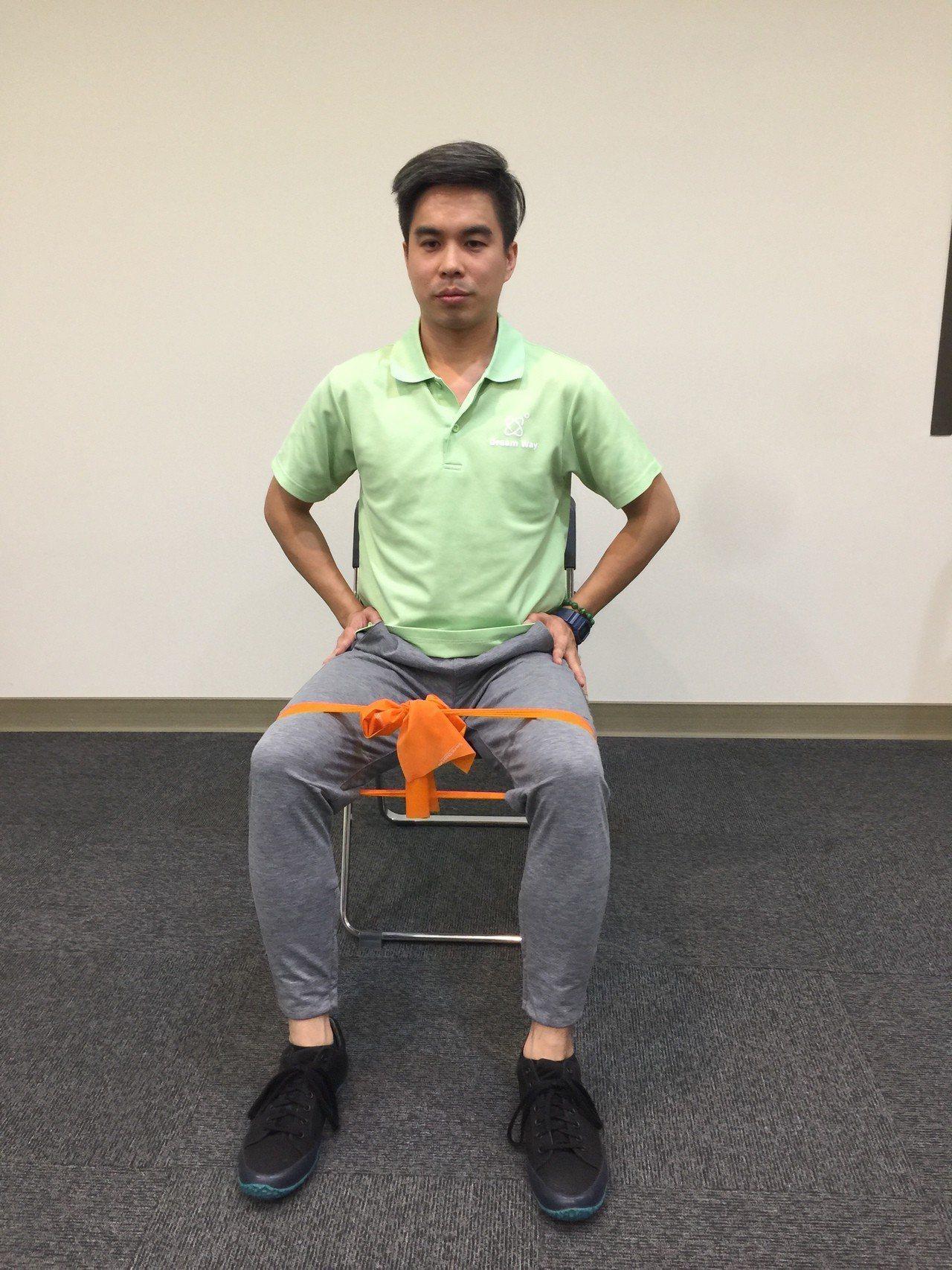 第三招:捲腹抖抖。採坐姿,腳踩在彈力帶中間,雙手將彈力帶拉起。手肘向前伸直但不卡...