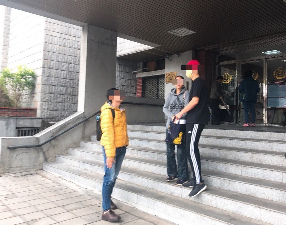 李姓女模今日聲請責付,將兒子帶回家管教,眾人步出法院低調快閃。記者蕭雅娟/攝影