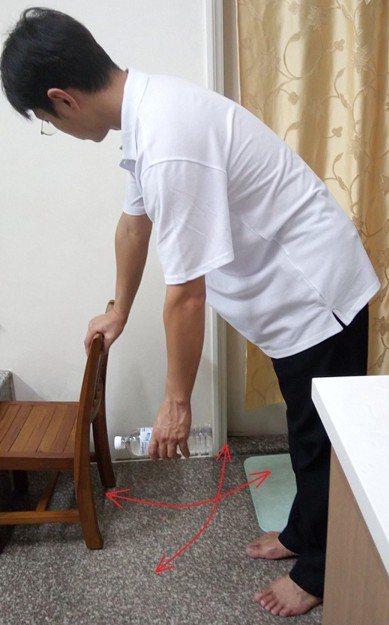 國軍台中總醫院復健科主任周明賢說,五十肩患者平日可做簡易的鐘擺運動,增加肩關節活...