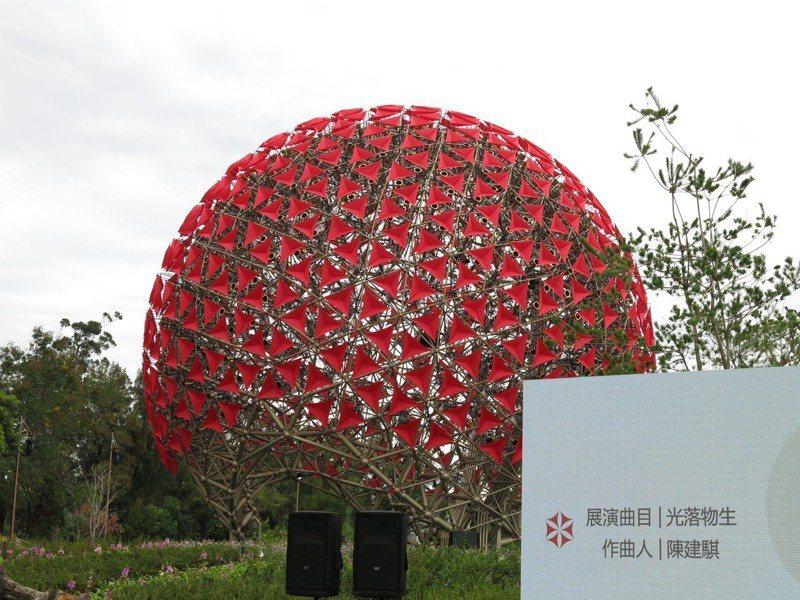 后里森林園區內的「聆聽花開的聲音」大型裝置藝術,由697朵火紅色小花,形塑出一朵巨型的機械花。 記者黑中亮/攝影