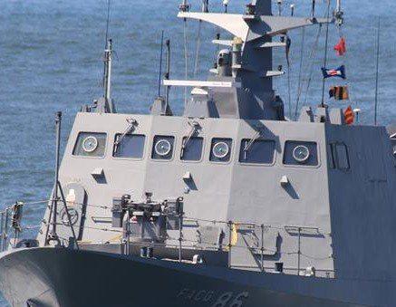 中山科學研究院結合自製光電追蹤儀(艦上平面雷達後)與20公厘遙控機砲(艇首),構...