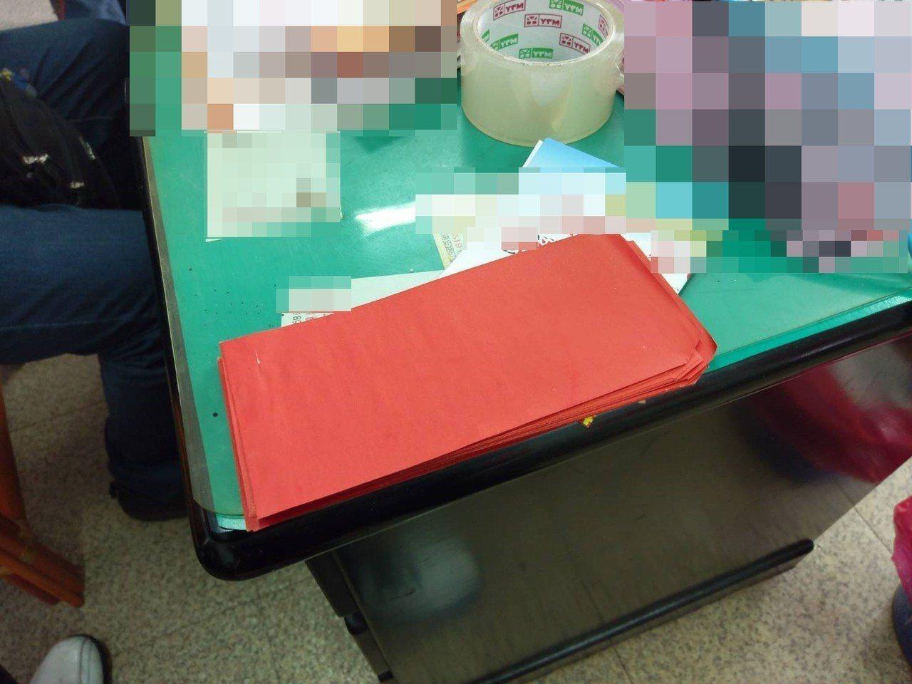 陳姓樁腳以紅包袋裝現金涉嫌向選民行賄。記者林敬家/翻攝