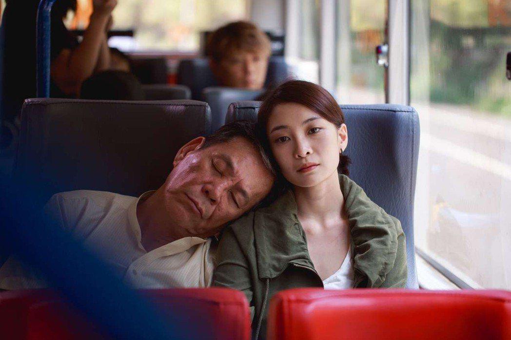 李亦捷(右)和龍劭華劇中同居成忘年之交。圖/公視提供