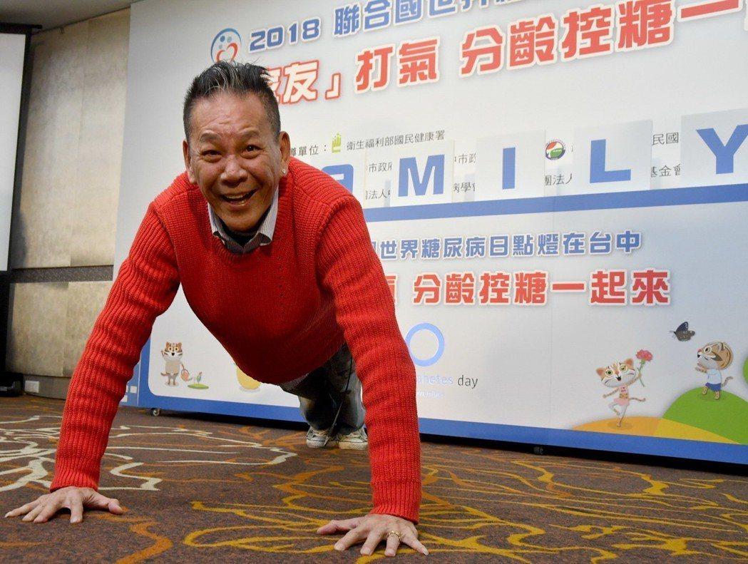 龍劭華現場示範個人健身撇步。圖/縱橫傳訊公關提供