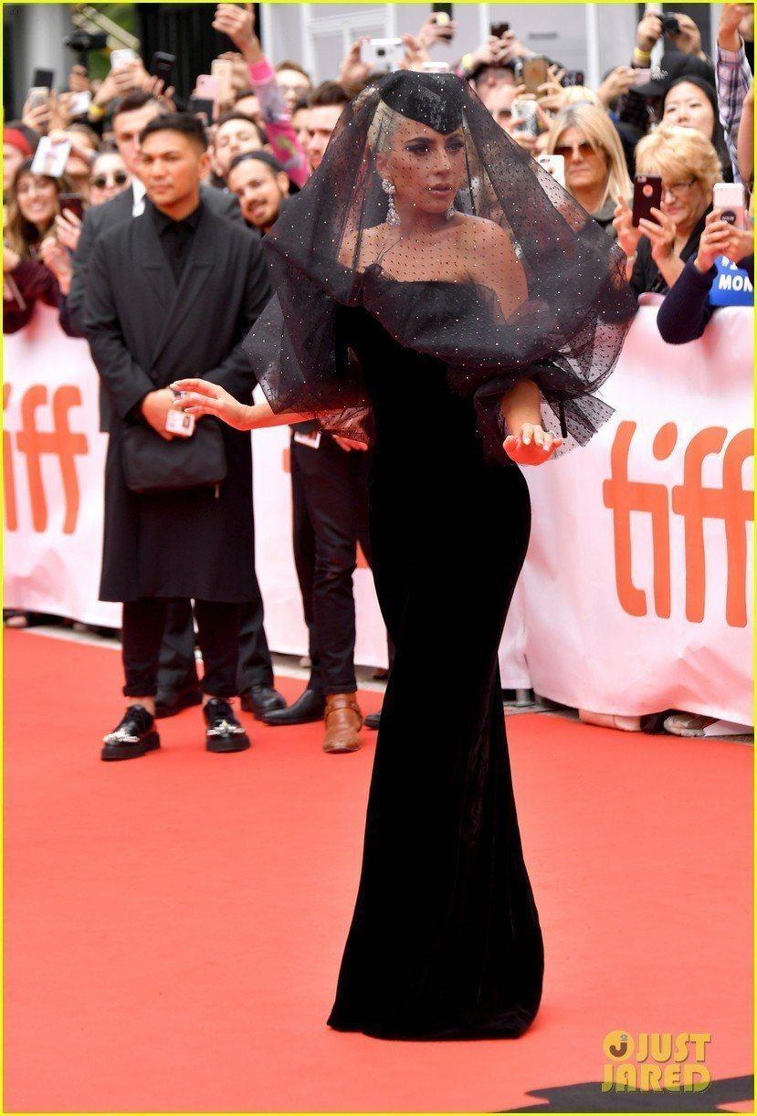 Lady Gaga穿Giorgio Armani Prive黑色絲綢天鵝絨禮服。...