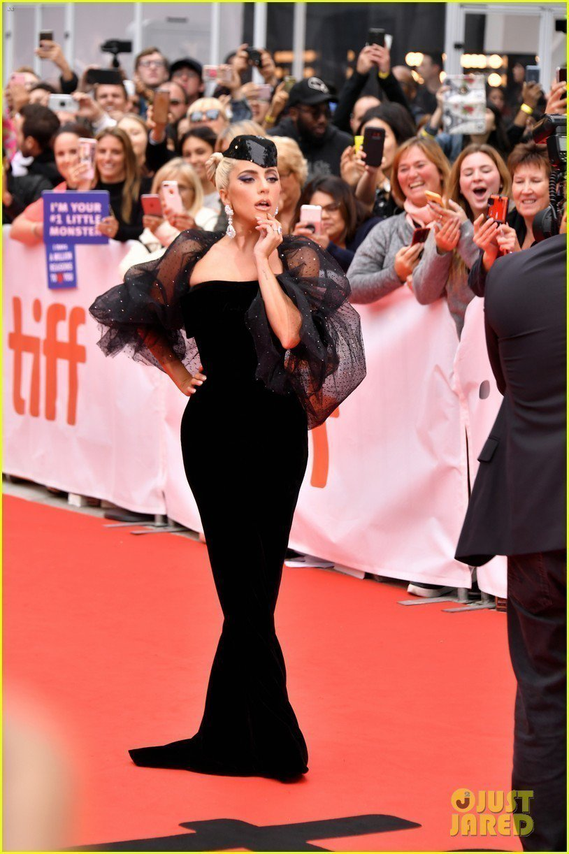 Lady Gaga穿Giorgio Armani Prive黑色絲綢天鵝絨禮服,...