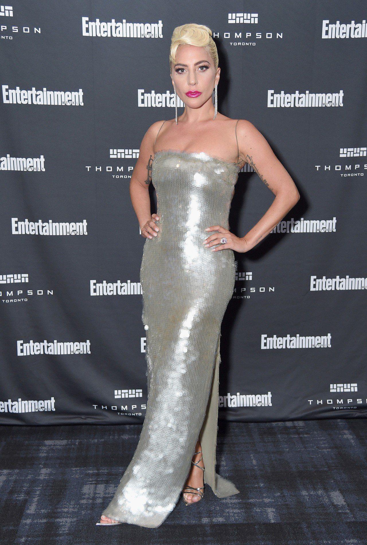 Giorgio Armani亮片露肩禮服展現Lady Gaga好身材。圖/Gio...