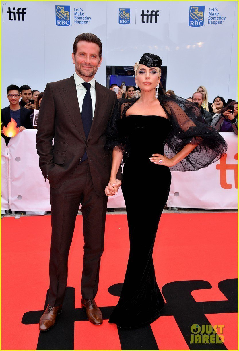 Lady Gaga穿Giorgio Armani Prive黑色絲綢天鵝絨禮服變...