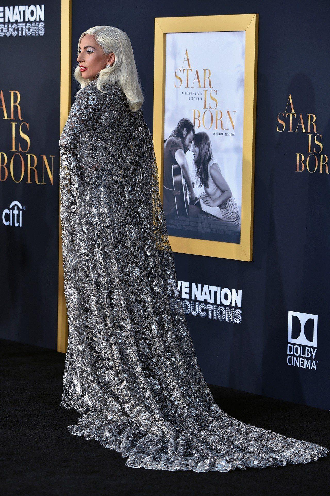 Lady Gaga演繹GIVENCHY銀色高級訂製服。圖/GIVENCHY提供