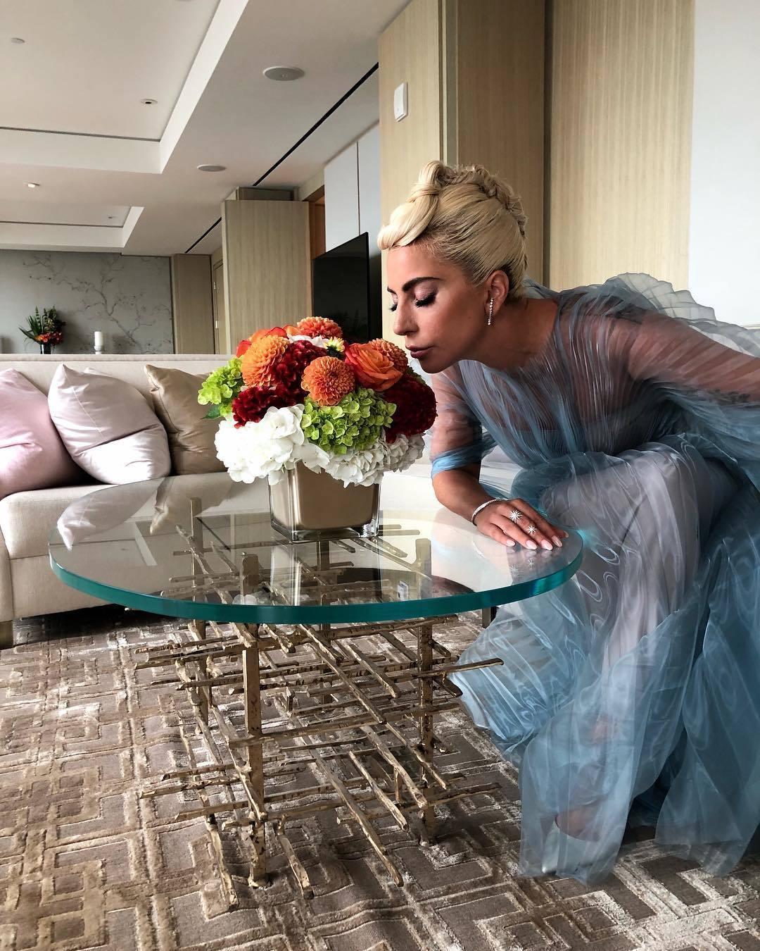 Lady Gaga在Iris Van Herpen的線性皺褶結構中,宛如被冰藍色...