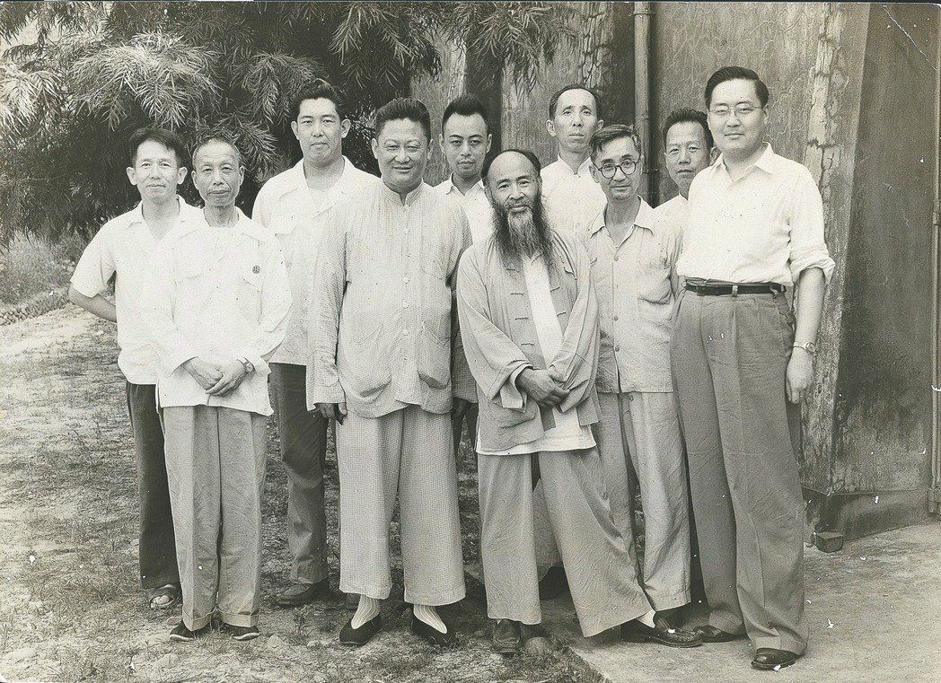 翠玉白菜曾落腳在台中糖廠倉庫,1950年正式遷到霧峰北溝庫房,15年之後才移到外...