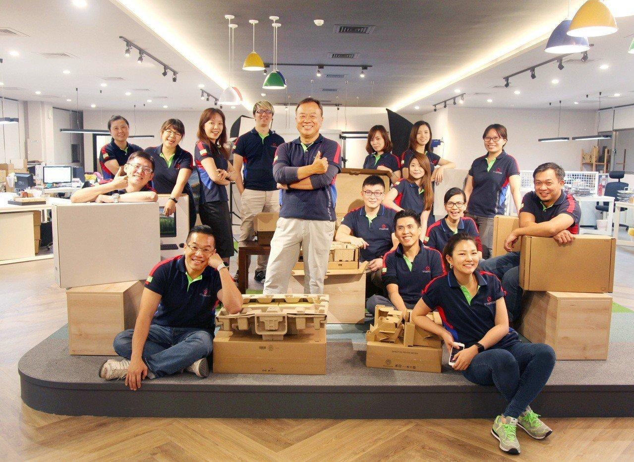 捷比達總經理陳文福(圖中站立者)帶領團隊精耕品牌包裝設計,提供完整的一站式包裝解...