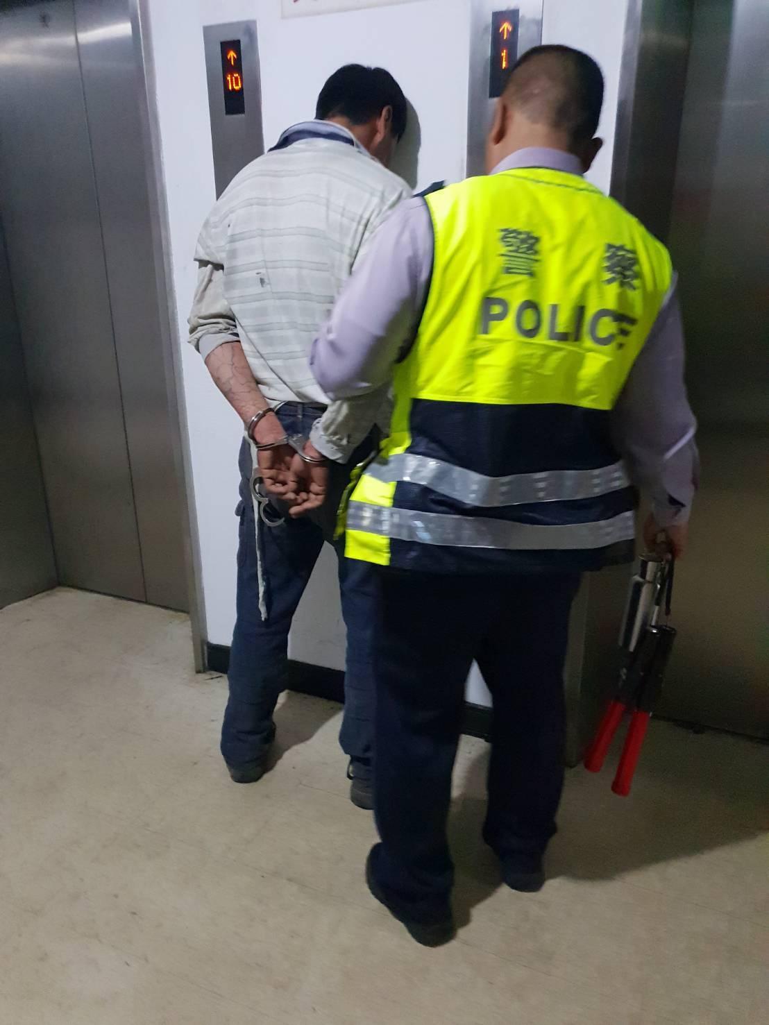 蔡男被警方押解歸案。記者李承穎/翻攝