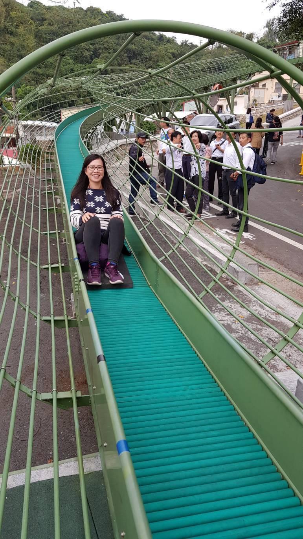 高雄市政府在鼓山區哈瑪星登山街60巷闢建的長距離滾軸滑梯,免費開放讓民眾體驗,空...