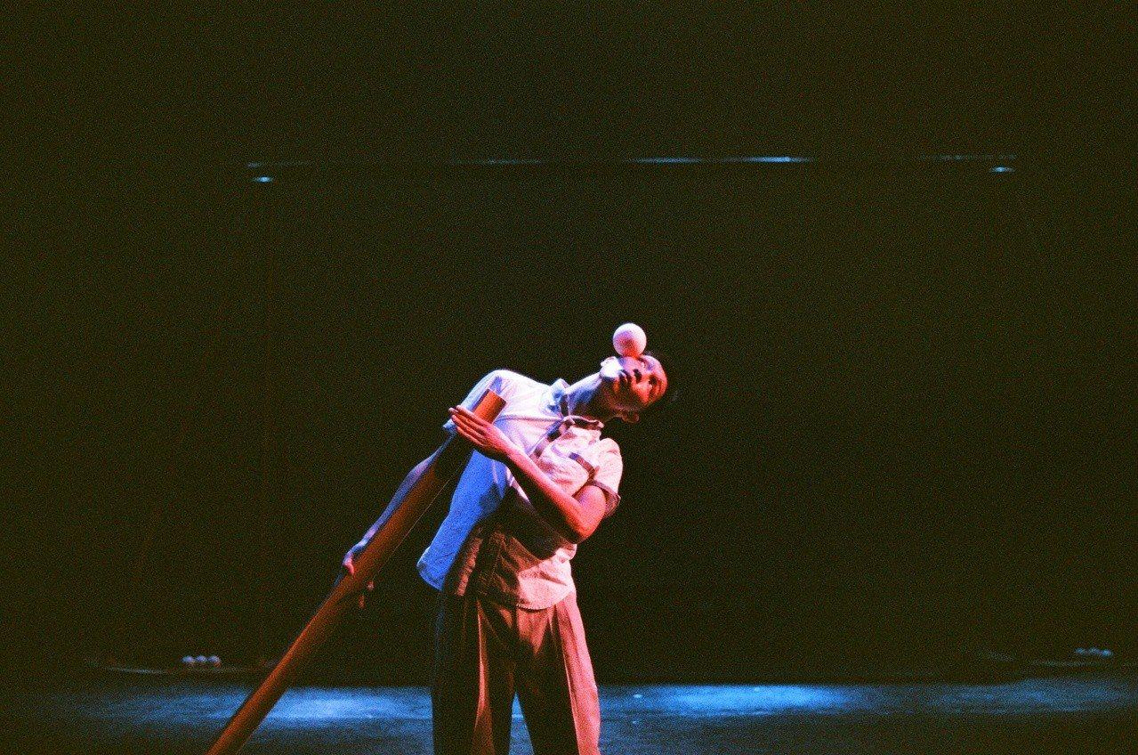 圓劇團團長林正宗,以當代馬戲創作演出《悲傷ㄟ曼波》,計畫研究台灣喪葬儀式中的弄鐃...