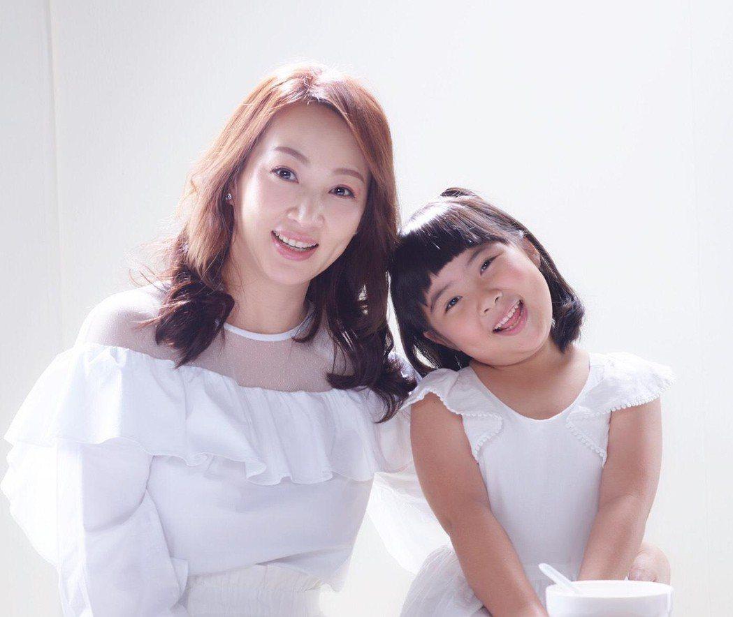 郁方跟女兒一起拍廣告,兩人都圓潤有福相。圖/郁方提供