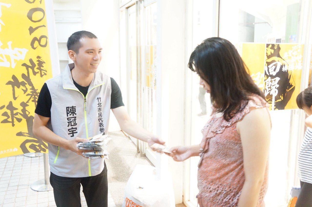 陳冠宇(左)向選民拜票,爭取支持。圖/陳冠宇提供