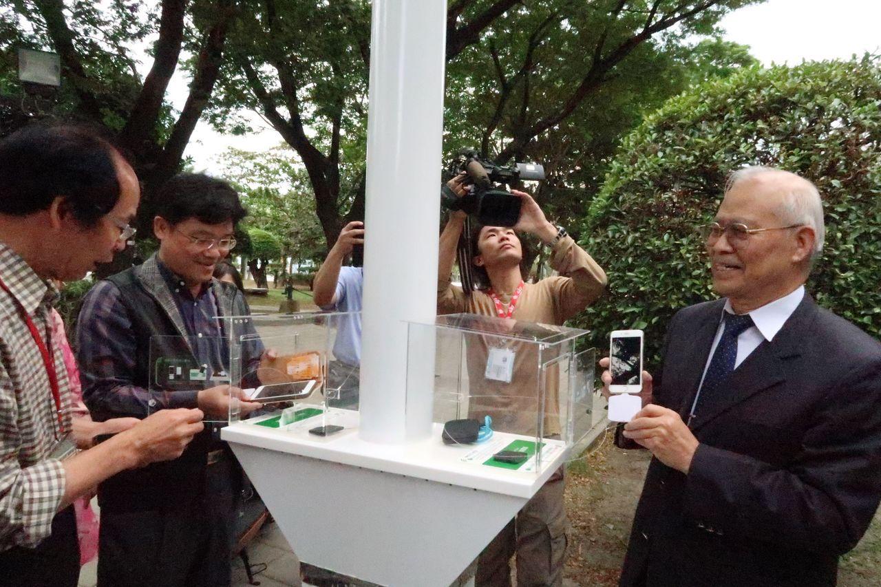 科工館啟用戶外太陽能磁共振多功能的綠能無線充電燈柱「神奇一號」,榮獲日本等多國專...