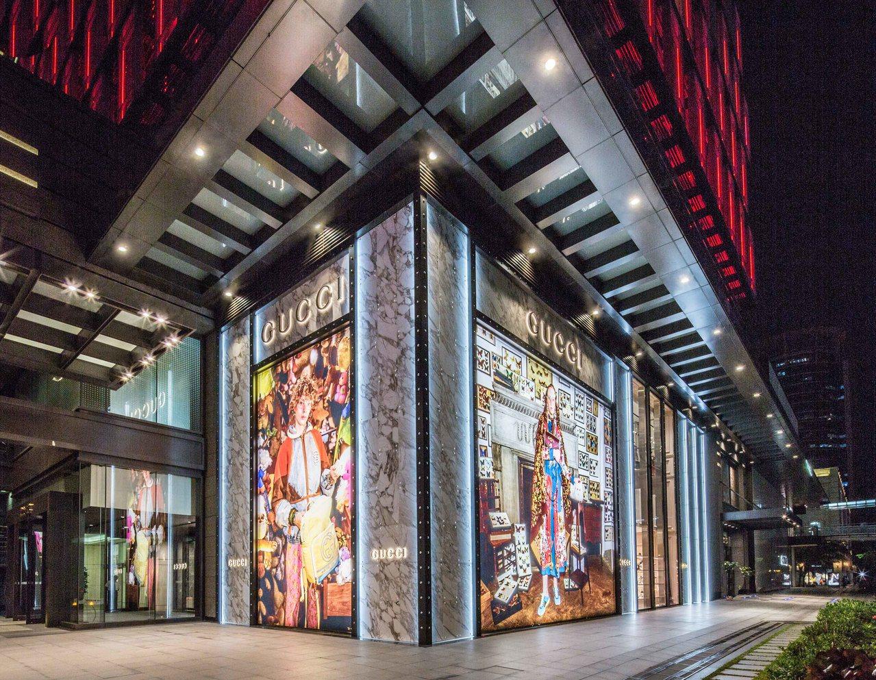 Gucci信義新天地A4店鋪全新設計的外牆面以最新一季的視覺形象覆以大理石材質,...