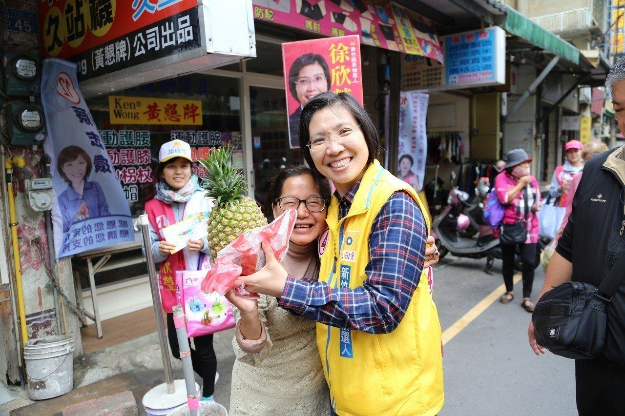 徐欣瑩昨走訪竹北天后宮市場,民眾送鳳梨祝她「選運旺旺旺」。圖/徐欣瑩競選總部提供