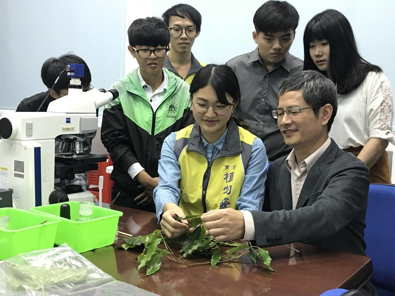 嘉義大學植物教學醫院今天揭牌,嘉義大學植物醫學系副教授蔡文錫(右一)指導學生為咖...