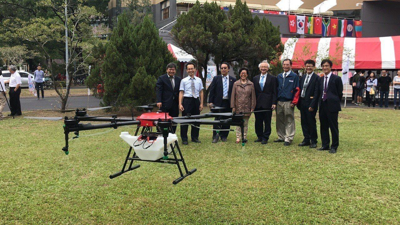 嘉義大學智慧農業中心今天成立無人機隊,其中一台無人機可以裝載16公升的農藥。記者...