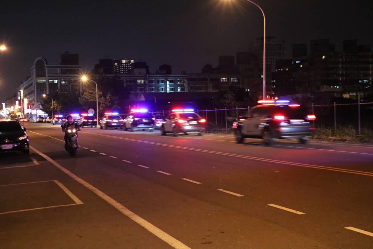 台南市警局第4分局臉書粉絲團小編發現威力掃蕩,警車出巡的畫面,吸引網友關注。記者...