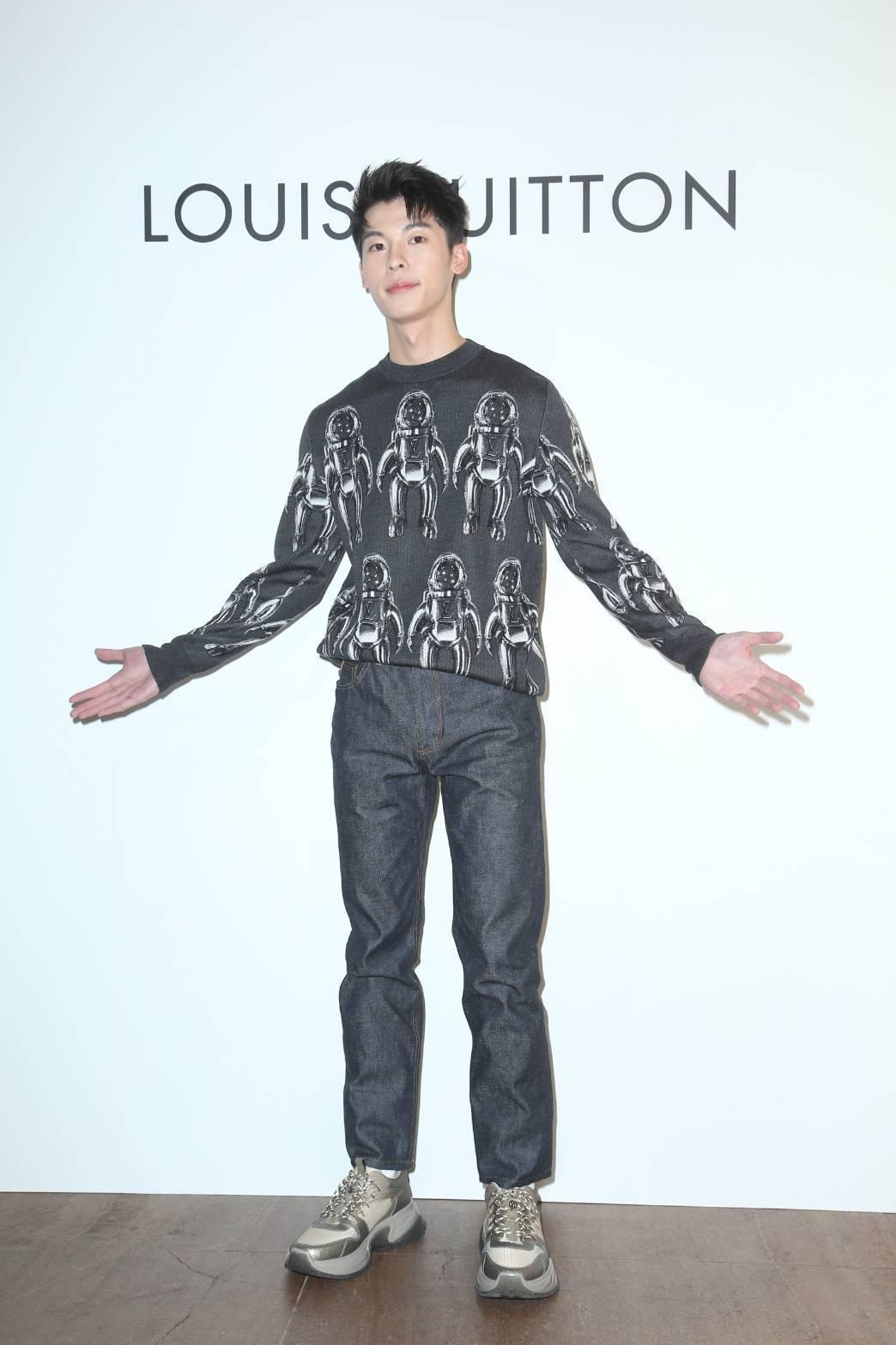 許光漢詮釋太空人針織毛衣41,600元、牛仔褲18,200元、Run Away ...