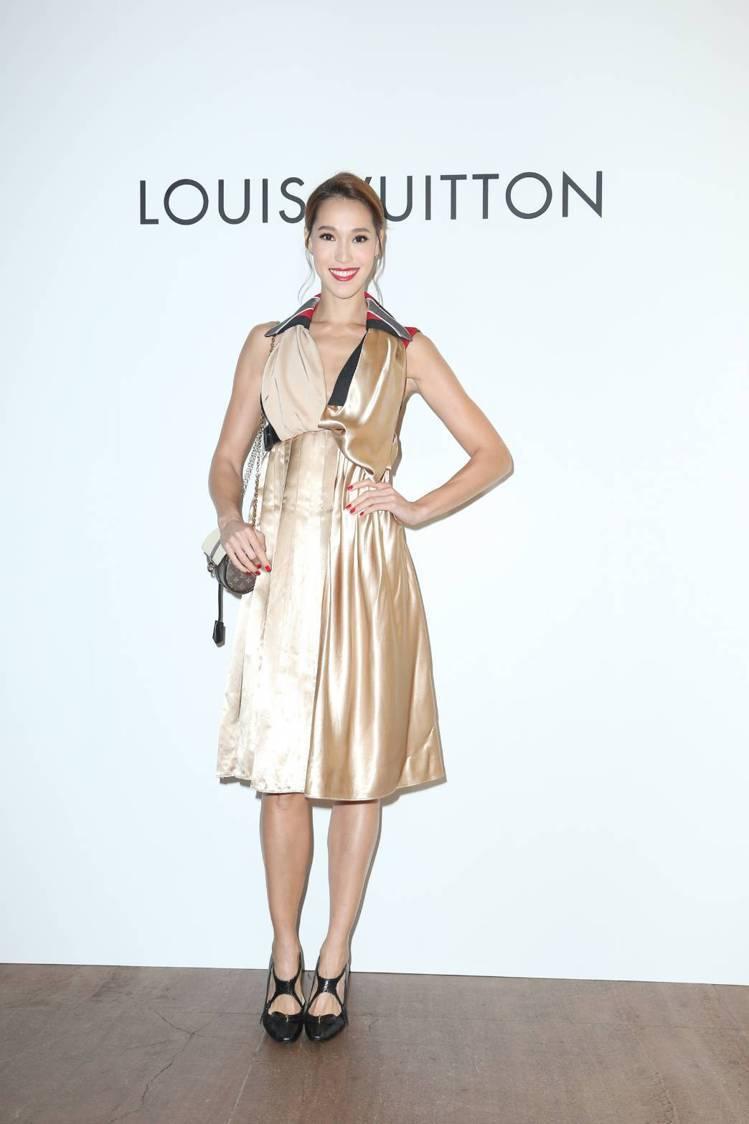 Akemi演繹金色緞面洋裝19萬6,000元、Headline高跟鞋53,500...