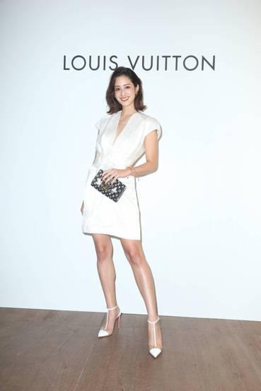 莫允雯穿未定價白色扭結裝飾洋裝,手拿LV X Grace Coddington ...