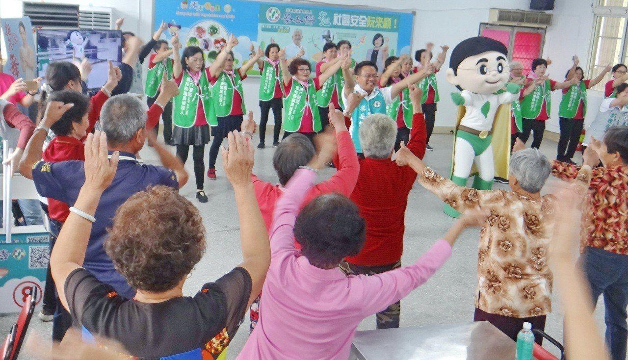 雲林縣議員蔡岳儒帶領偏村的老人一起大跳健康舞,他強調為老人帶來健康快樂就是最好的...