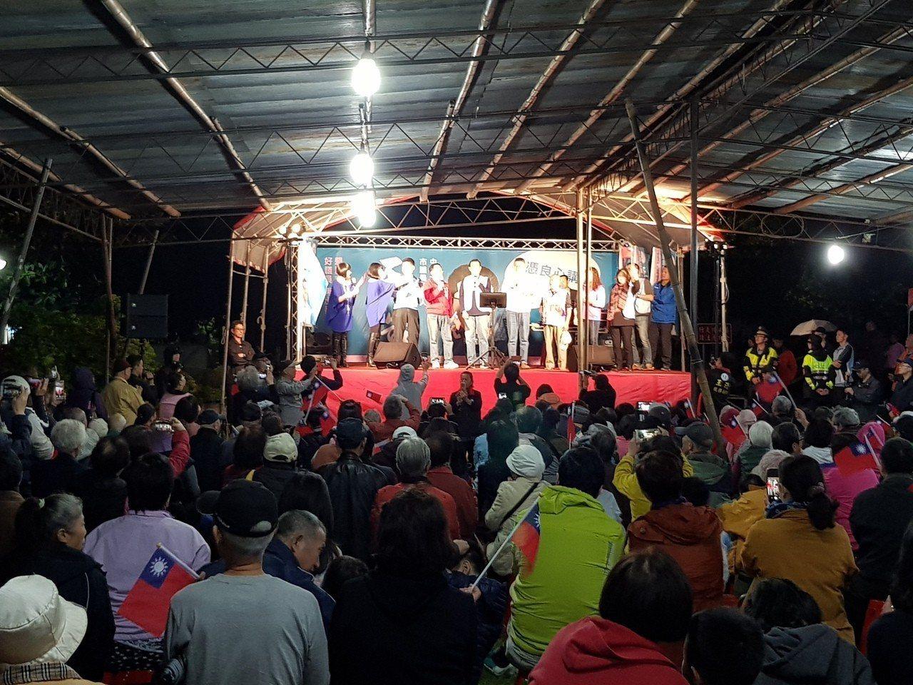 國民黨北市中山、大同區議員候選人王浩今晚在興安國宅舉辦老歌演唱會,還邀請前總統馬...