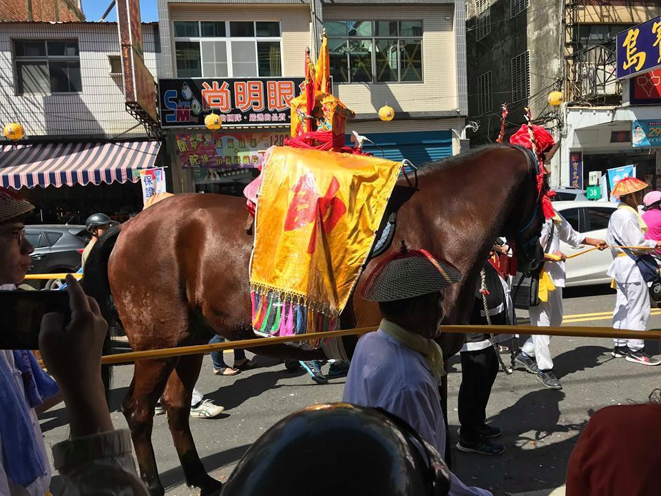 王馬隊伍行經過程中也會由轎班成員將王馬圈圍在黃線內,確保安全。圖/黃鈺甯提供