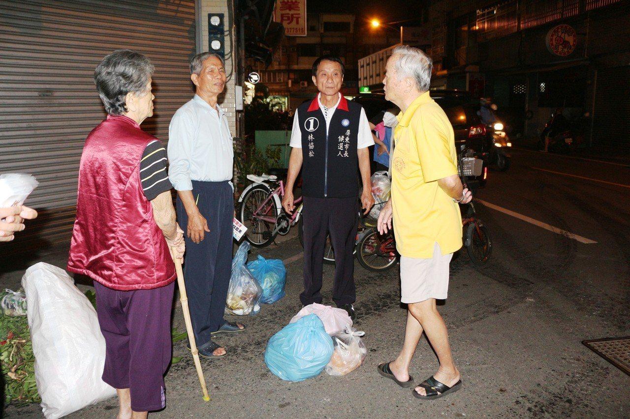 國民黨屏東市長候選人林恊松(右二)每天下午跟著垃圾車到處拜訪選民,只要垃圾車停靠...
