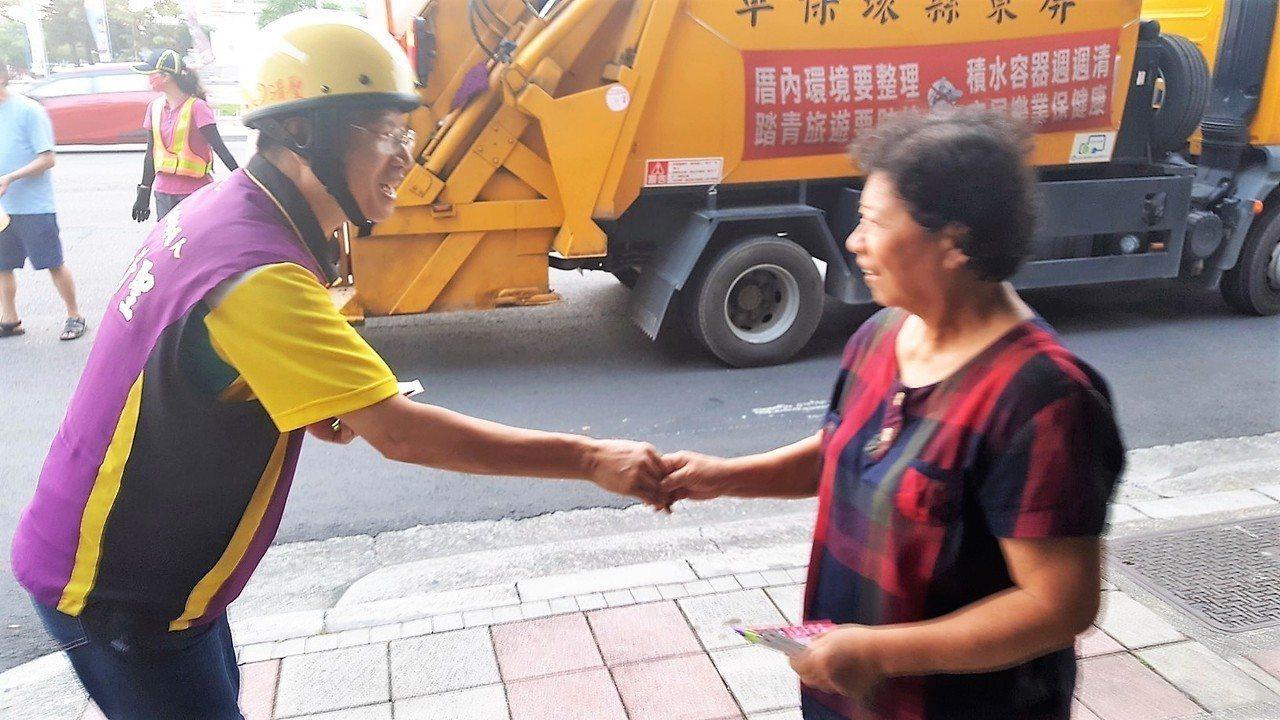 民進黨屏東市長候選人李清聖近來每天傍晚都跟著垃圾車拜票,讓支持者印象很深刻。圖/...