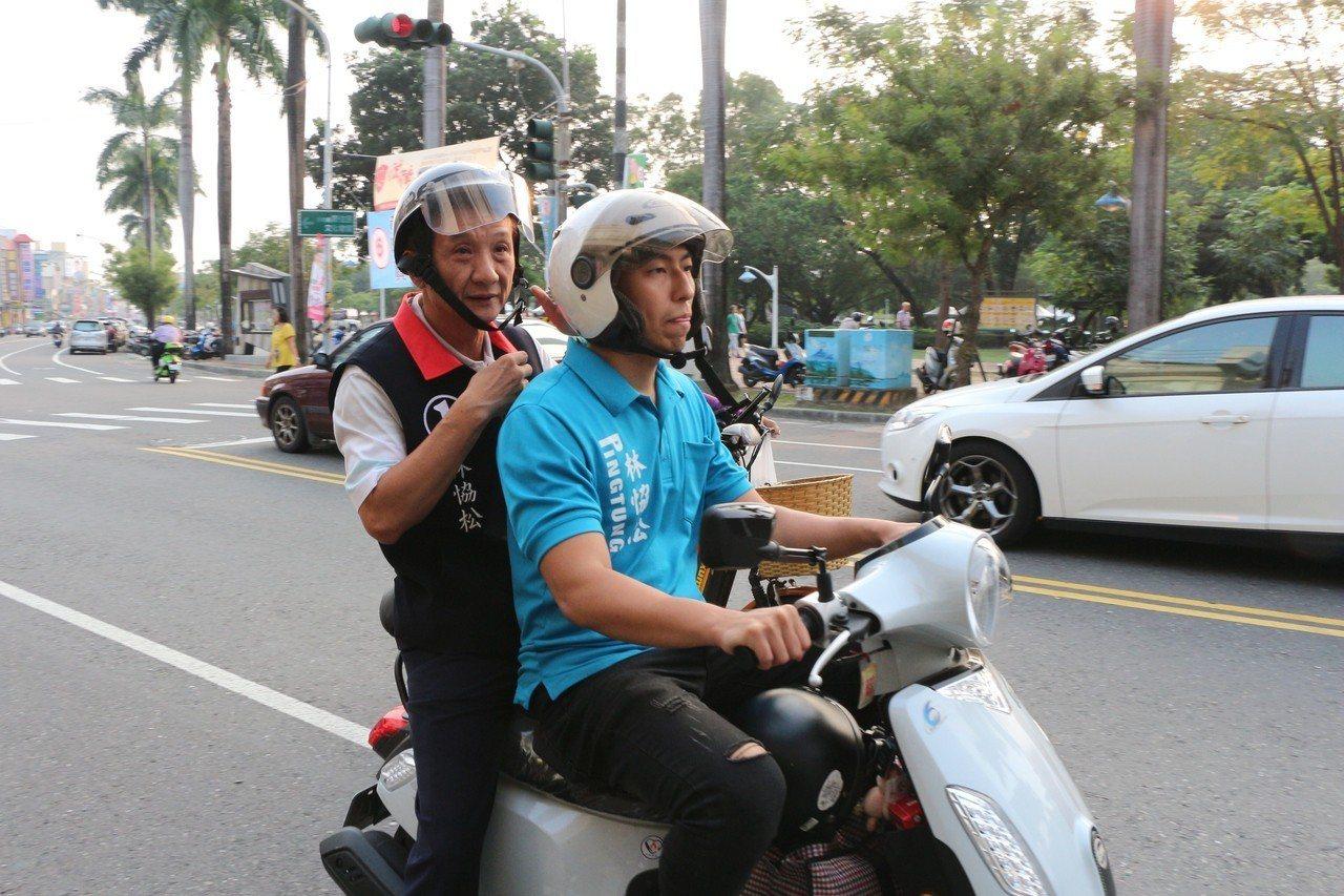 國民黨屏東市長候選人林恊松每天下午搭機車跟著垃圾車到處拜訪選民,只要垃圾車停靠據...