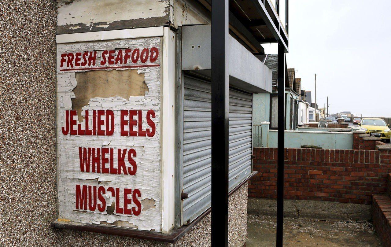 英格蘭的傑維克桑茲村一隅,招牌相當破舊。(美聯社)