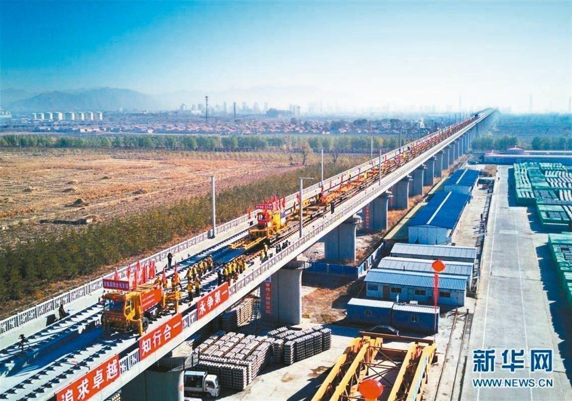 中國中鐵三局集團有限公司承建的京張高鐵全線鋪軌工程正式開始。 取自新華網