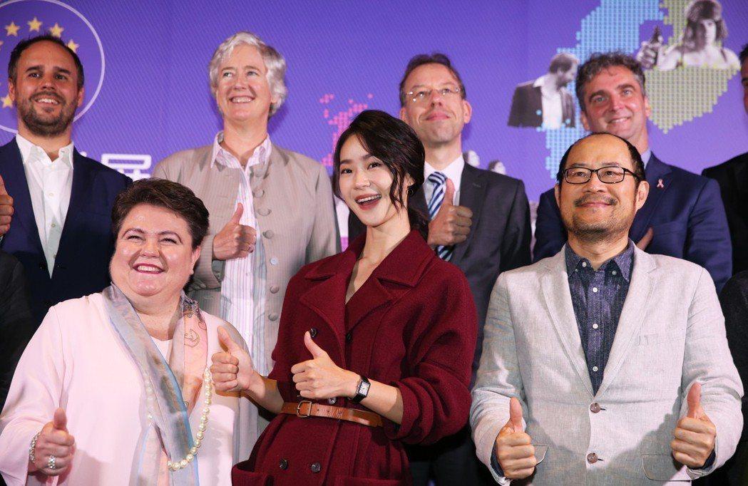 鍾瑶(前排中)出席「歐洲影展 」開幕記者會擔任影展大使與出席來賓合影。記者徐兆玄...