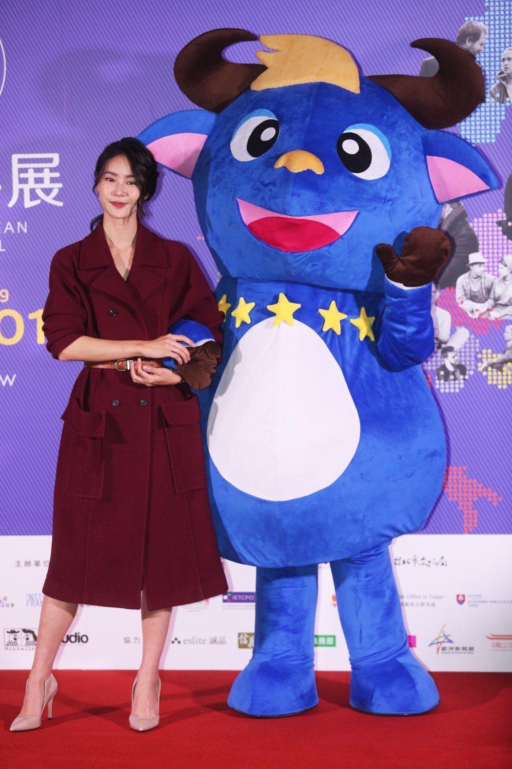 鍾瑶出席「歐洲影展 」開幕記者會擔任影展大使與影展吉祥物合影。記者徐兆玄/攝影