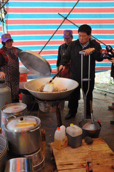 鎮瀾宮董事長顏清標(右)有時會親自掌勺,煮燒酒雞等料理慰勞工作人員。 圖/顏寬恒...