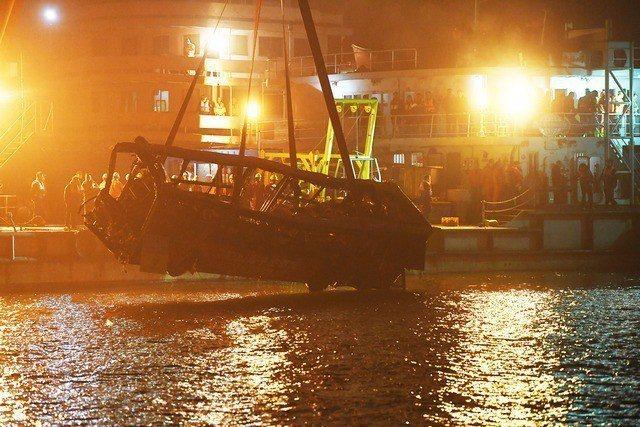 墜落長江的重慶公車被打撈上岸。 (新華社)