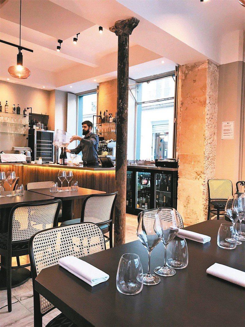 Eels小館餐廳裝潢走自然風,將原本的鐵柱,水泥,管線全都露。 圖/謝忠道